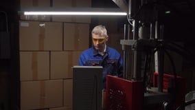 Μια εργασία ατόμων σε ένα εργοστάσιο απόθεμα βίντεο
