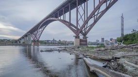 Μια ευρεία γωνία που πυροβολείται της υψηλής γέφυρας λεωφόρων Smith πέρα απόθεμα βίντεο