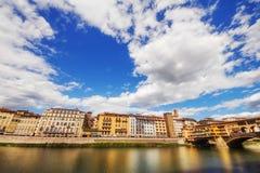 Μια ευρεία γωνία που πυροβολούνται Ponte Vecchio και η περιβάλλουσα αρχιτεκτονική στη Φλωρεντία Στοκ Εικόνες