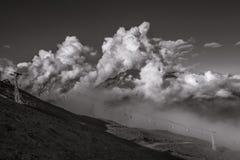 Μια ευρεία φυσική άποψη Ropeway με τα γιγαντιαία σύννεφα στο υπόβαθρο Στοκ φωτογραφίες με δικαίωμα ελεύθερης χρήσης