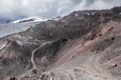 Μια ευρεία φυσική άποψη Ropeway με τις πέτρινα κλίσεις και τα σύννεφα στο υπόβαθρο Στοκ εικόνες με δικαίωμα ελεύθερης χρήσης