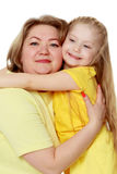 Μια ευτυχής μητέρα αγκαλιάζει την αγαπημένη κόρη της Στοκ φωτογραφία με δικαίωμα ελεύθερης χρήσης