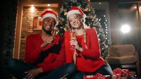 Μια ευτυχής νέα ευθυμία ζευγών μεταξύ τους την ημέρα του νέου έτους Να γιορτάσει στο σπίτι φιλμ μικρού μήκους