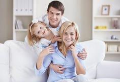 Μια ευτυχής οικογένεια στο σπίτι στοκ εικόνες