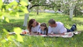 Μια ευτυχής οικογένεια τριών ανθρώπων σε ένα πικ-νίκ απόθεμα βίντεο