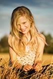 Χαμογελώντας κορίτσι στο λιβάδι στοκ εικόνα