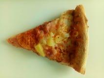 Μια εύγευστη ενός κομματιού hawaian πίτσα στοκ εικόνα