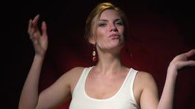 Μια εύθυμη ξανθή γυναίκα μορφάζει αντικαθιστώντας marshmallows για τα μάτια και τρώγοντας τα έπειτα απόθεμα βίντεο