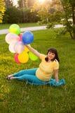 Μια ελκυστική έγκυος γυναίκα Στοκ φωτογραφία με δικαίωμα ελεύθερης χρήσης