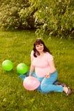 Μια ελκυστική έγκυος γυναίκα Στοκ εικόνα με δικαίωμα ελεύθερης χρήσης