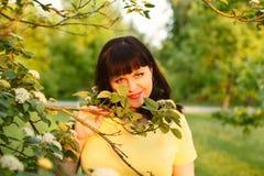 Μια ελκυστική γυναίκα υπαίθρια Στοκ φωτογραφία με δικαίωμα ελεύθερης χρήσης