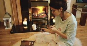 Μια ελκυστική συνεδρίαση γυναικών από μια καμμένος πυρκαγιά που διατάζει on-line από το τηλέφωνό της με μια πιστωτική κάρτα απόθεμα βίντεο