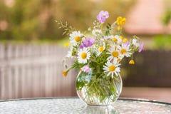 Μια ζωηρόχρωμη ανθοδέσμη των πρόσφατα επιλεγμένων wildflowers Στοκ Εικόνες