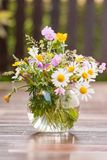 Μια ζωηρόχρωμη ανθοδέσμη των πρόσφατα επιλεγμένων wildflowers Στοκ εικόνες με δικαίωμα ελεύθερης χρήσης