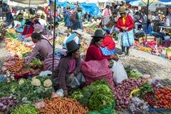 Μια ζωηρόχρωμη επιλογή των φρούτων και λαχανικών στην αγορά σε Pisac στο Περού στοκ εικόνες