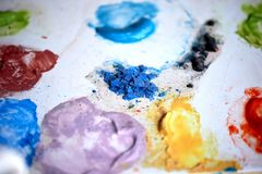 Μια ζωηρόχρωμη παλέτα των χρωμάτων, η εργασία καλλιτεχνών ` s Η δημιουργική διαδικασία του σχεδίου Στοκ Φωτογραφία