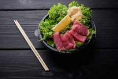 Μια ζωηρόχρωμη πιατέλα sashimi με τα ψάρια στο πιάτο με τη σαλάτα, το wasabi και την πιπερόριζα στοκ εικόνες με δικαίωμα ελεύθερης χρήσης