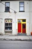 Μια ζωηρόχρωμη πόρτα στο κόκκινο και κίτρινος στοκ εικόνα