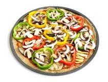 Μια ζωηρόχρωμη χορτοφάγος πίτσα (κορυφαία όψη) Στοκ εικόνες με δικαίωμα ελεύθερης χρήσης