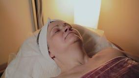Μια ηλικιωμένη γυναίκα αναμένει την έναρξη της διαδικασίας στο σαλόνι ομορφιάς φιλμ μικρού μήκους