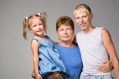 Μια ηλικιωμένη γυναίκα με δύο εγγόνια στοκ εικόνα