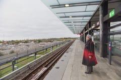 Μια ηλικιωμένη γυναίκα περιμένει ένα τραίνο σε ένα επίγειο μετρό στοκ εικόνα με δικαίωμα ελεύθερης χρήσης