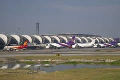 Μια ηλιόλουστη ημέρα στο διεθνή αερολιμένα Suvarnabhumi, Μπανγκόκ Στοκ Φωτογραφίες