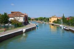Μια ηλιόλουστη ημέρα στο κεντρικό κανάλι του νησιού Mazzorbo Ιταλία Βενετία Στοκ Εικόνα