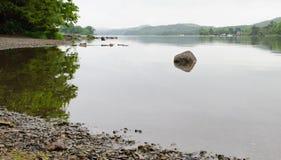 Μια ηρεμία και ακόμα ένα νερό Coniston με έναν λίθο στη στενή εστίαση στοκ εικόνα