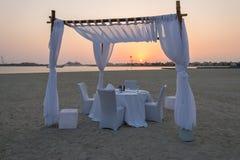 Μια θέση για το ρομαντικό γεύμα στην παραλία Στοκ Εικόνες