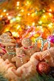 Μια θαυμάσια κάρτα Χριστουγέννων Παραδοσιακά μπισκότα πιπεροριζών Χριστουγέννων υπό μορφή μικρών ατόμων και ερυθρελατών Χριστουγέ Στοκ Εικόνες