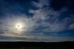 Μια θαυμάσια πανσέληνος έχει κατεβά πέρα από ουκρανικά carpathians στα μουτζουρωμένα σύννεφα Στοκ Εικόνες