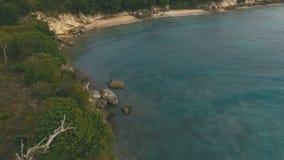 Μια θαυμάσια δύσκολη ακτή και μια πολύ όμορφη θάλασσα απόθεμα βίντεο