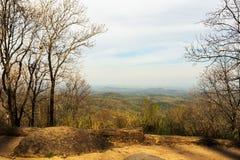 Μια θεαματική άποψη των μπλε βουνών κορυφογραμμών την άνοιξη στοκ φωτογραφίες