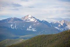 Μια θερινή ημέρα με το μπλε ουρανό και τα άσπρα σύννεφα στο δύσκολο εθνικό πάρκο βουνών στο Κολοράντο στοκ φωτογραφίες