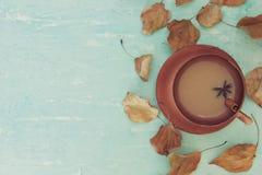 Μια θερμαίνοντας κούπα του καφέ με το γάλα Στοκ Εικόνα