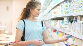 Μια θηλυκή κυρία ψάχνει το γαλακτώδες συστατικό απόθεμα βίντεο