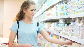 Μια θηλυκή κυρία ψάχνει το συστατικό γάλακτος απόθεμα βίντεο