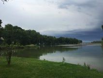 Μια θύελλα έρχεται στη λίμνη Στοκ Εικόνες