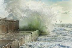 Μια θύελλα εν πλω, τα κύματα που συντρίβουν στην αποβάθρα Στοκ εικόνες με δικαίωμα ελεύθερης χρήσης