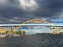 Μια θύελλα συλλογής επάνω από τη γέφυρα Mikwaukee Hoan Στοκ Φωτογραφία
