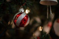 Μια διακόσμηση χριστουγεννιάτικων δέντρων σφαιρών στοκ εικόνα