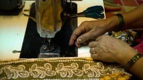 Μια ινδική γυναίκα που ράβει τον παραδοσιακό ιματισμό απόθεμα βίντεο