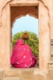 Μια ινδή γυναίκα που λατρεύει Shiva Στοκ εικόνες με δικαίωμα ελεύθερης χρήσης