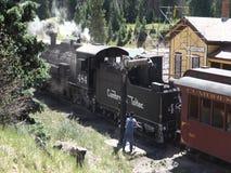 Μια ιστορική ταϊσμένη άνθρακας επιβατική αμαξοστοιχία σε έναν σταθμό στο New Mexico φιλμ μικρού μήκους
