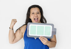 Μια ισχυρή γυναίκα που κρατά την πλήρη μπαταρία φόρτισης Στοκ Εικόνες