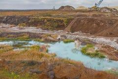 Μια ισχυρή dragline εργασία εκσκαφέων σε έναν άργιλο εξορύσσει Στοκ Εικόνες