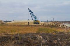 Μια ισχυρή dragline εργασία εκσκαφέων σε έναν άργιλο εξορύσσει Στοκ εικόνες με δικαίωμα ελεύθερης χρήσης