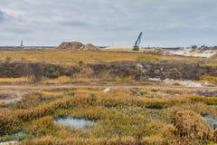 Μια ισχυρή dragline εργασία εκσκαφέων σε έναν άργιλο εξορύσσει Στοκ Φωτογραφίες