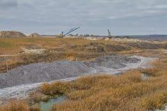 Μια ισχυρή dragline εργασία εκσκαφέων σε έναν άργιλο εξορύσσει Στοκ εικόνα με δικαίωμα ελεύθερης χρήσης